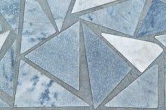 Yttersidan av golvet eller väggen göras av marmortegelplattor i form av trianglar Arkivfoto