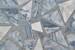 Yttersidan av golvet eller väggen göras av marmortegelplattor i form av trianglar och polygon Arkivbild