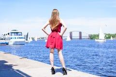 Yttersidan för drömmen för fritid för loppturturism går kläderbegreppet Fostra tillbaka bak siktsfotoståenden av stilfull moderik royaltyfri bild