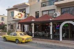 Yttersidan för sextiomusikstång i Paphos, Cypern royaltyfria bilder