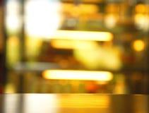 Yttersidaöverkant av den wood tabellen med suddighetsreflexionsljus i stångbac Royaltyfria Bilder
