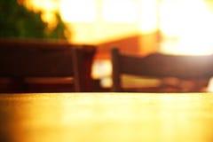 Yttersidaöverkant av den wood tabellen med suddighetsreflexionsljus i stångbac Fotografering för Bildbyråer