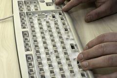 Yttrandefrihet, censur och förbud på internet, en man arbetar på ett tangentbord utan tangenter arkivbild
