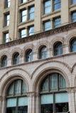 Yttre arkitektur av stenbyggnad med den invecklade detaljen Arkivfoton