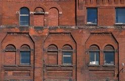 Yttre av tegelstenbyggnad med Windows Royaltyfri Foto