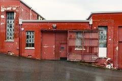 Yttre avsnitt av en gammal industribyggnad för röd tegelsten Arkivfoton