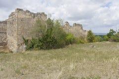 Yttre defensiv östlig förfallen vägg av den forntida grottastadsChufut grönkålen arkivbild
