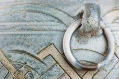 Yttre detalj av den blått målade tappninglerakrukan med det skrapade metallhandtaget arkivfoto
