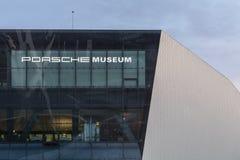 Yttre detalj för skymning av det Porsche museet Arkivbild
