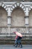 Santa Maria Novellakyrka; Florence; Italien med två kvinnor Walki Royaltyfria Bilder