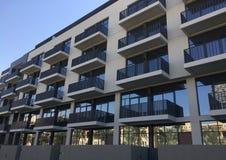 Yttre fasad av ett bostads- byggnadskomplex arkivfoton