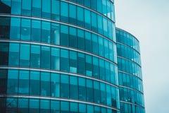 Yttre fasad av två krökta kommersiella byggnader Arkivbilder