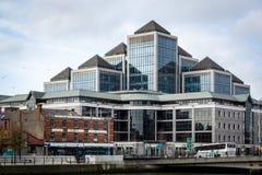 Yttre främre sikt av ett stort kontorskomplex med exponeringsglasfasaden i formen av en pyramid royaltyfria foton