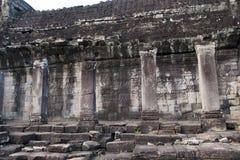 Yttre galleri med baslättnad på 12 århundradet Bayon Wat, inom det Angkor Thom komplexet royaltyfria foton