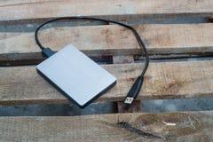 Yttre harddisk på trät Arkivbild