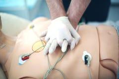 Yttre hjärt- massage Medicinsk attrapp Bruk av medicinska dockor f?r ?vning av medicinsk expertis arkivfoto