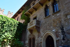 Yttre hus av den charmör- och Juliets balkongen på historiskt hus för sida Arkivfoto