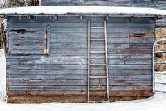 Yttre ladugård i vinterbakgrund eller bakgrund arkivfoton