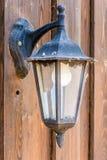 Yttre lampa p? tr?fasad royaltyfri foto