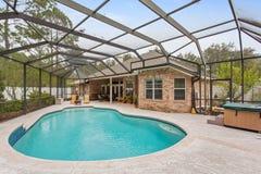 Yttre lyxig övre skala ljusa Sunny Warm Day Backyard Empty för amerikansk hem- ny stilfull simbassäng inget arkivbilder