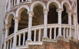 Yttre mång--båge spiraltrappuppgång royaltyfri fotografi