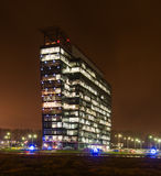 Yttre nattsikt för kommersiella kontorsbyggnader Royaltyfri Bild