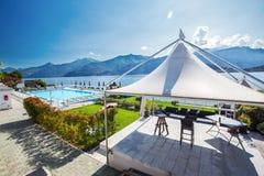 Yttre pöl på bankerna av sjön Como och italienska fjällängar royaltyfria bilder