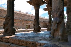 Yttre pelare av mandapaen som stöttas, vid squatting av yelis, Airavatesvara tempel, Darasuram, Tamil Nadu royaltyfria foton