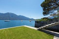 Yttre plattform för arkitektur på sjön med trädgården fotografering för bildbyråer