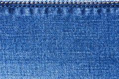 Yttre sömmar guling och blåttfärger på jeanstyg royaltyfri bild