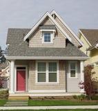 Yttre siding för som man har råd med hem- hus Arkivbild