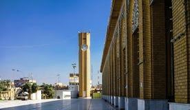 Yttre sikt av Abu Hanifa Mosque med clocktower Baghdad, Irak Arkivbilder