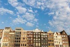 Yttre sikt av byggnader på den Damrak gatan i den gamla staddelen Royaltyfria Foton