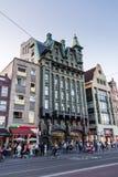 Yttre sikt av byggnader på den Damrak gatan i den gamla staddelen Fotografering för Bildbyråer