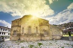 Yttre sikt av den Byzantium kyrkan av St Sofia i den Ohrid staden, Makedonien arkivbild
