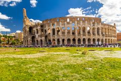 Yttre sikt av den forntida Roman Colloseum i Rome royaltyfria foton
