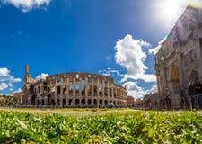 Yttre sikt av den forntida Roman Colloseum i Rome royaltyfri fotografi