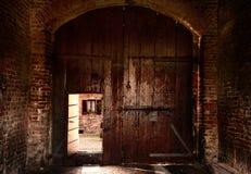 Yttre sikt av den gamla dörröppningen i italiensk farrmhouse Royaltyfria Foton