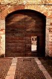 Yttre sikt av den gamla dörröppningen i italiensk farrmhouse Royaltyfri Fotografi