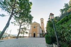 Yttre sikt av den historiska kyrkan av vår dam av antagandet av Eze royaltyfri bild
