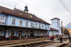 Yttre sikt av den huvudsakliga järnvägsstationen i Ruzomberok, Slovaki Royaltyfri Fotografi