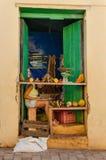 Yttre sikt av den lilla typiska kubanska grönsaken och fruktaffären Arkivfoton
