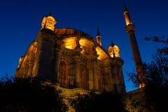 Yttre sikt av den Ortakoy moskén på natten arkivbild