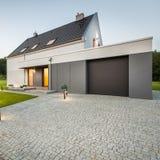 Yttre sikt av det stilfulla huset arkivfoton