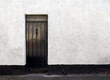 Yttre sikt av en härlig gammal engelsk stenstuga med dörren fotografering för bildbyråer