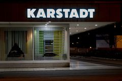 Yttre sikt av ett Karstadt lager i Magdeburg på natten Fotografering för Bildbyråer
