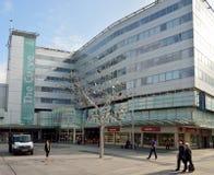 Yttre sikt av shoppinggalleriabyggnad på storgatan i träsk arkivbild
