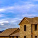 Yttre sikt för ramfyrkant av ett oavslutat hus på en konstruktionsplats arkivbilder