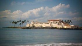 Yttre sikt till den Elmina slotten och fästningen, Ghana royaltyfri fotografi