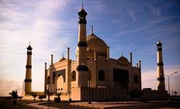 Yttre sikt till den vänliga Fatima Zahra moskéaka kopian av Taj Mahal, Kuwait Royaltyfri Foto